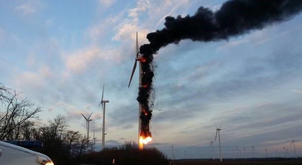 Foto einer brennenden Windkraftanlage